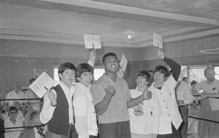 Mark Hayward signeert zijn Beatles boek met o.a. deze foto van Beatles met Muhammed Ali.